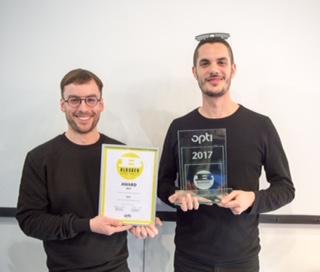 "Verleihung ""BLOGGER SPECTACLE""-Award 2017, opti-Forum Halle C2: Gewinner Firma lool Firma lool (Barcelona, Spanien) – v.l. Aris Rubio und Alex Gomez"